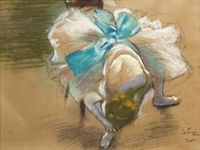 Danseuse rattachant son chausson, 1887.