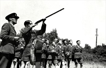RAF personnel learning to fire guns during the Second World War,1941