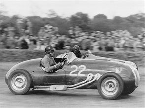 1952 Frazer-Nash, Tony Crook being overtaken by de Graffenried's Maserati. Creator: Unknown.