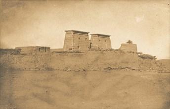 Vue des Pylones du Temple Khons et d'une partie du village de Karnac, 1849-50.