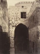 VIIe Station. Jésus tombe pour la seconde fois. Ancienne porte judiciaire, il s'y trouvait une colonne ou l'on exposait les condamnés; Elle éxiste encore cachée dans l'intérieur de la maison a gauche,...