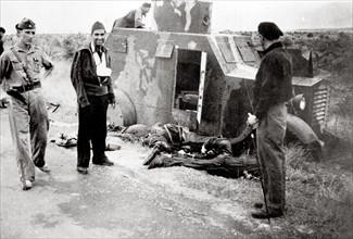 Les débris d'une voiture blindée pendant la Guerre d'Espagne