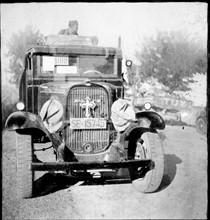 Une croix sur la calandre d'une automobile pendant la Guerre d'Espagne