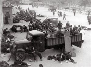 Un poste de Croix-Rouge des miliciens dans les rues de Madrid en 1936