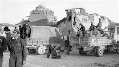 Débarquement de soldats nationalistes dans la ville de Belchite détruite en 1938