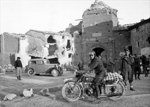 Motocycliste nationaliste à Belchite en 1938