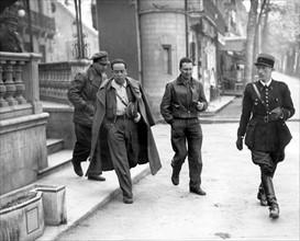 Le général Gallo quittant son hôtel à Luchon, 1938