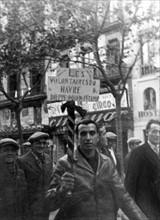 Un défilé de volontaires français dans les rues de Barcelone pendant la Guerre d'Espagne