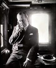 """Marconi dans la cabine du yacht """"Electra"""" en 1930"""