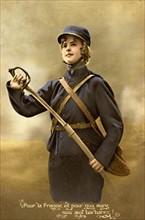 Jeune femme habillée en soldat