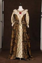 Costume de théâtre : robe syle Louis XVI en tissu cachemire