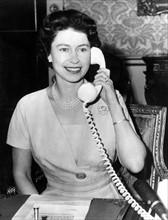 La reine Elisabeth II au téléphone avec le premier ministre du Canada M. Diefenbaker