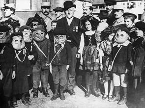 Enfants portant des masques à gaz