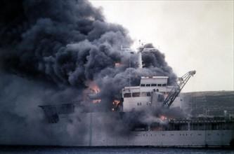 Le navire HMS Sir Galahad en feu