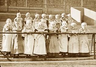 Ouvrières anglaises portant des cagoules de protection, 1916