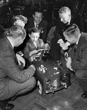 Garçon testant une voiture modèle réduit