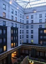 HOTEL RADISSON, COUR INTERIEURE AU CREPUSCULE, BRUXELLES, BELGIQUE