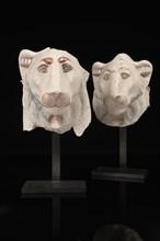 Deux protomés d'un lit funéraire représentant des têtes de lionnes, les déesses Matyt et Mehyt