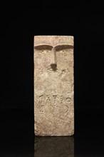 Stèle iconique sculpté du visage d'un homme de face