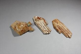 Trois mains de sarcophages, l'une le poing fermé