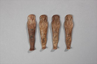Ensemble formé de quatre oushebti en cire au nom de Iret-hor-erou