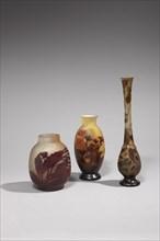 A gauche : Vase ovoïde Au milieu : Vase ovoïde à col évasé A droite : Vase à col soliflore sur base bulbeuse et piédouche