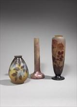 A gauche : Vase piriforme Au milieu : Vase à haut col soliflore sur base bulbeuse A droite :Vase balustre à col épaulé sur piédouche