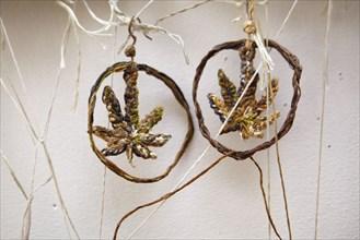 Boucles d'oreille brodées par l'artiste Sophia Narrett