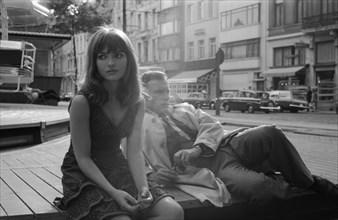 """Marie-France Pisier et Jean-Louis Trintignant sur le tournage du film """"Trans-Europ-Express"""""""