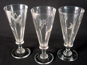 Grand verre anglais à pied à décors maçonniques