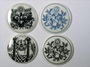 Jetons en porcelaine à décors maçonniques, 5 cm, fin du 20e siècle
