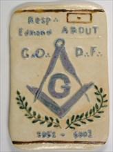 Palet de terre cuite artisanal pour le 20e anniversaire de la loge Edmond About du Grand Orient de France, à Paris, 15,5 cm x 9,7 cm, 2001.