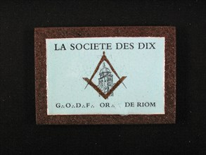 Céramique enchâssée pour la loge La Société des Dix du Grand Orient de France à Riom, 9cm x 13 cm, fin 20e siècle.