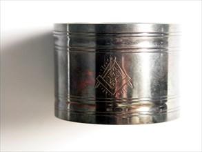 Rond de serviette en métal argenté à décors maçonniques