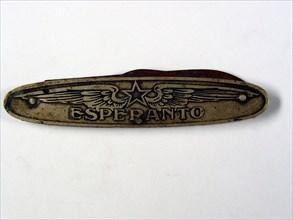 Couteau en métal de la Maison Gloton en faveur de l'espéranto, environ 8 cm, milieu du 20e siècle.