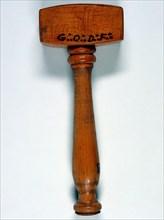 Maillet rituel en bois gravé des initiales GODF, 22 cm, fin du 20e siècle.