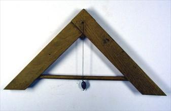 Niveau rituel en bois, 25 x 25 cm, fin du 20e siècle.