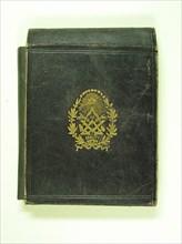 Pochette maçonnique en cuir gravé à usage de rangement de documents et du cordon de Maître, 13 x 14,5 cm, milieu du 19e siècle.