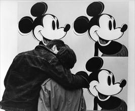 Couple devant une oeuvre d'Andy Warhol, 1982