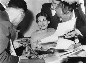 Maria Callas signant des autographes, mai 1959