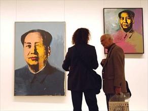 """Visiteurs devant deux """"Mao"""" d'Andy Warhol, 2001"""