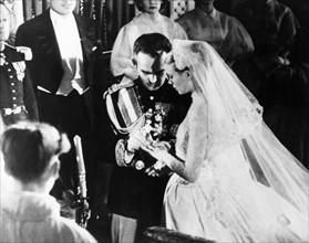Rainier III et Grace Kelly s'échangeant les alliances lors de leur mariage en avril 1956