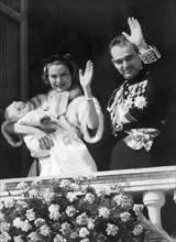 Rainier III et Grace Kelly tenant Caroline dans ses bras, 1957