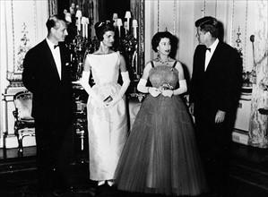 Le couple Kennedy rend visite au Prince Philip et à la reine Elisabeth II