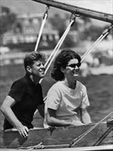 John F. Kennedy avec sa femme Jacqueline sur un voilier
