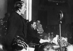 Dolores Ibarruri lors d'un discours, 1936