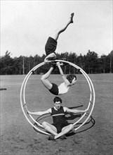 Gymnastes s'entraînant à la roue allemande, 1930