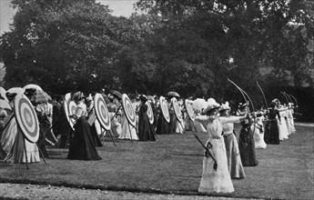 Femmes s'exerçant au tir à l'arc, 1899