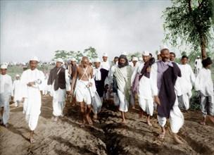 Mahatma Gandhi et ses partisans lors de la marche du sel