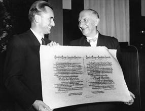 Otto Suhr, Politiker (SPD); D - J. Chaban-Delmas ueberreicht den Europapreis 1955 an die Stadt Berlin